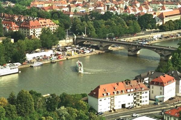 River Cruise Hafen Frankfurt am Main Park